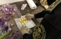 Львівські митники виявили 8 золотих злитків у банці з фарбою