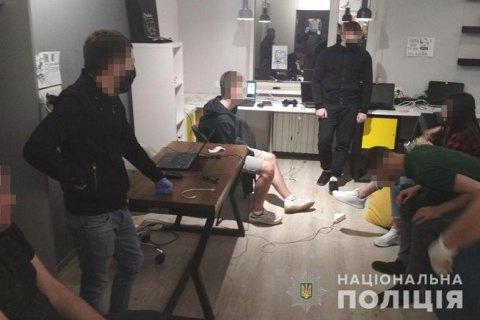 В Запорожье мошенники организовали call-центр и выманивали у людей банковские реквизиты