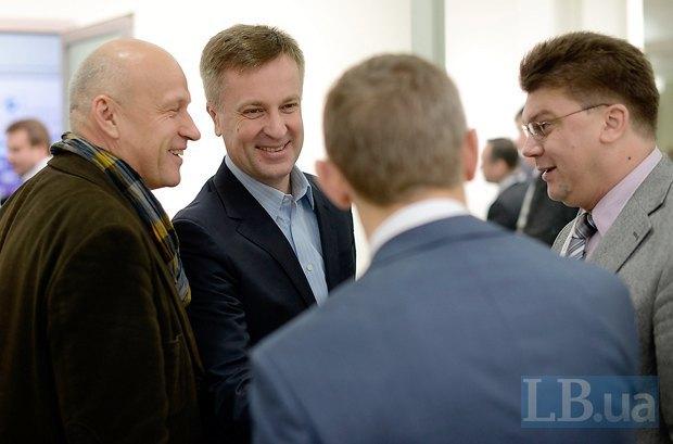 Депутат от «УДАРа» Валентин Наливайченко(второй слева) и президент аналитического центра «Открытая политика» Игорь Жданов(справа)
