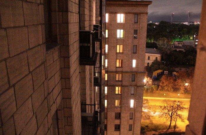 Вид на ліве крило з вікна коридору правого крила готелю України 11-й поверх.