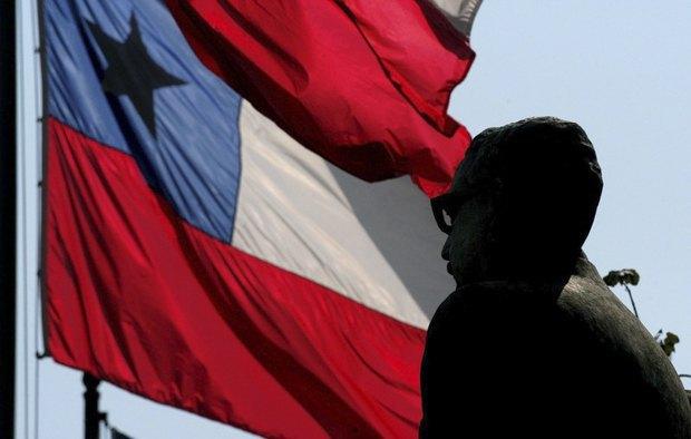 Чілійський прапор розвівається коло пам'ятника колишньому президенту Сальвадору Альєнде під час вшанування річниці військового перевороту у Сантьяго.