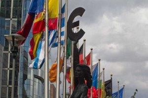 Евро дешевеет из-за слабых данных по экономике ЕС