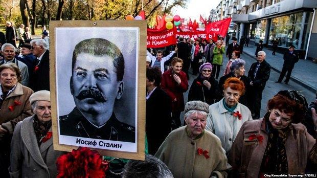 Акция в честь годовщины Октябрьской революции. Симферополь, 7 ноября 2014 года