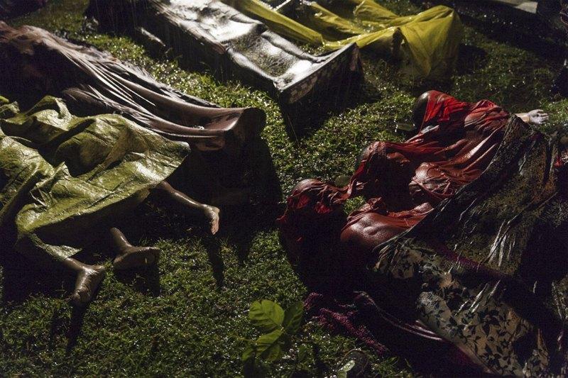 Тела людей, погибших при попытке бежать из Мьянмы. Из 100 человек, которые были на борту судна, выжили только 17.