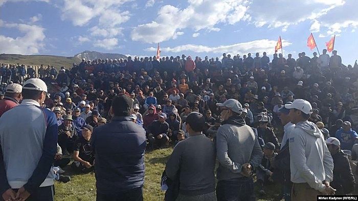 Местные жители протестуют возле рудников Солтон-Сары