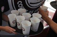 Неизвестные угощают кофе ждущих маршрутки киевлян