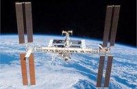 Космонавты на Союзе удаляют излишки конденсата при помощи полотенец