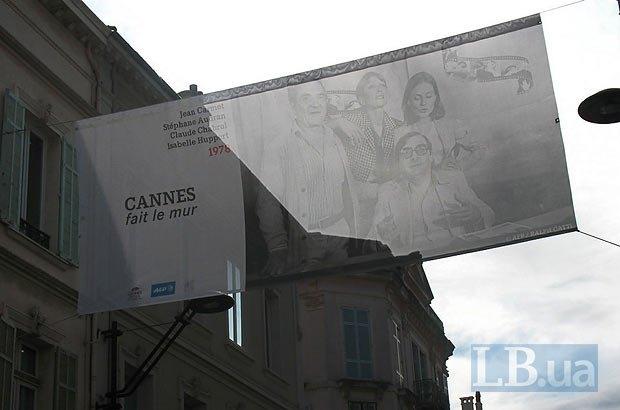 На улице Антиб висят такие баннеры, напоминающие историю фестиваля