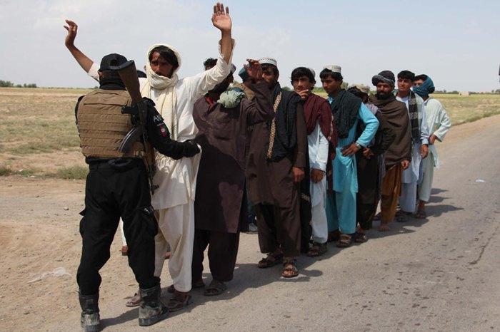 Афганские силовики проверяют людей на контрольно-пропускном пункте в провинции Гильменд, Афганистан, 4 мая 2020.