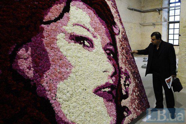 Работа украинской художницы Маши Шубиной (Увядающая красота) сделана из живых цветов