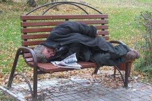 В Киеве бездомным выдали антивандальную карту соцпомощи