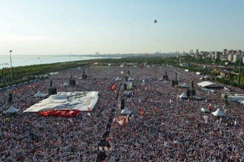 Сотни тысяч турков вышли на акцию против Эрдогана в Стамбуле