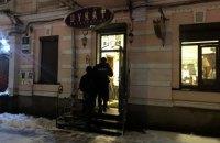 В центре Киева неизвестные напали на салон антиквариата и облили его бензином