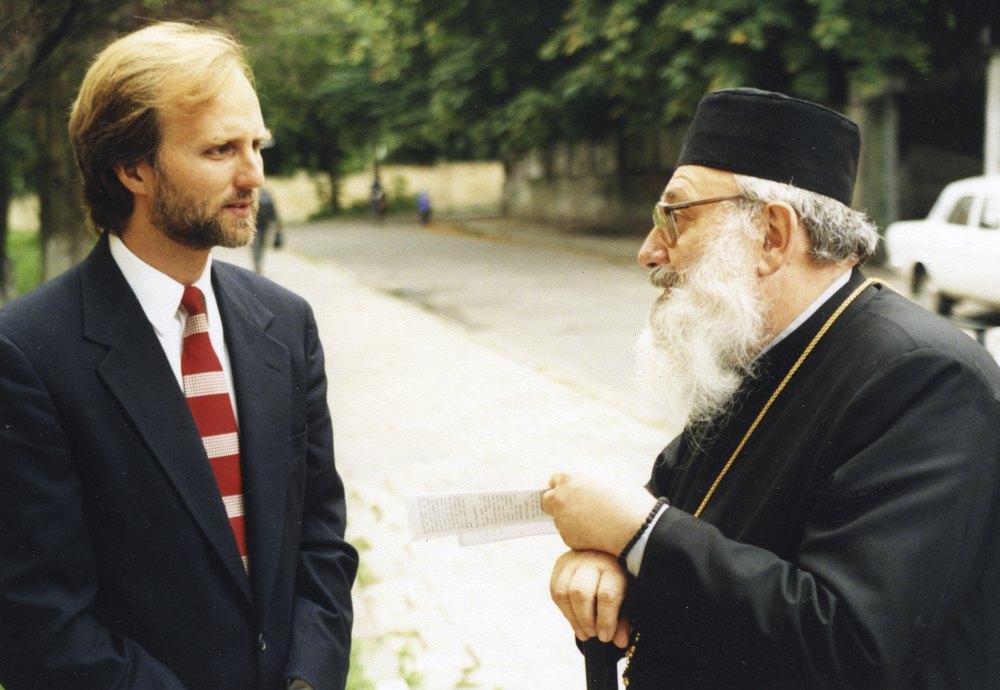 Борис Ґудзяк з Блаженнішим Любомиром Гузаромперед будинком Львівської Богословської Академії, яка згодом стала УКУ, 1996 рік