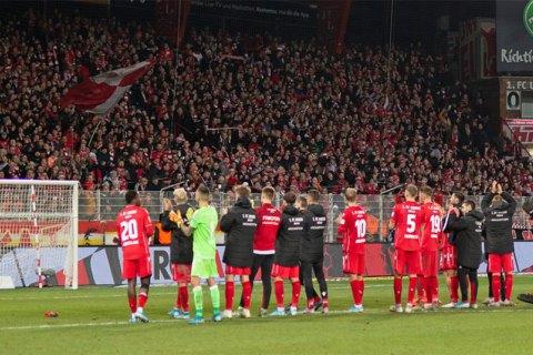 Футболисты клуба Бундеслиги полностью отказались от зарплаты в условиях коронавируса