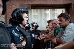Оппозиция заявляет, что милиция не дает собирать подписи против Януковича под Украинским домом