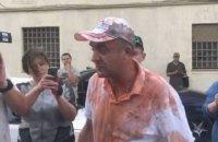 Вышедшего на свободу корректировщика обстрела Мариуполя облили томатным соком и зеленкой