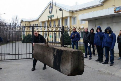 Отделение Сбербанка в Запорожье заблокировали бетонными блоками
