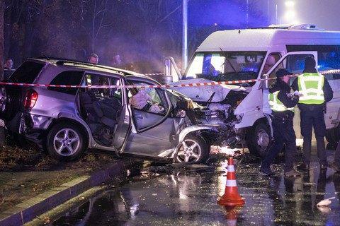 У Києві у лобовому зіткненні маршрутки і легкового автомобіля загинули двоє людей, 11 постраждали