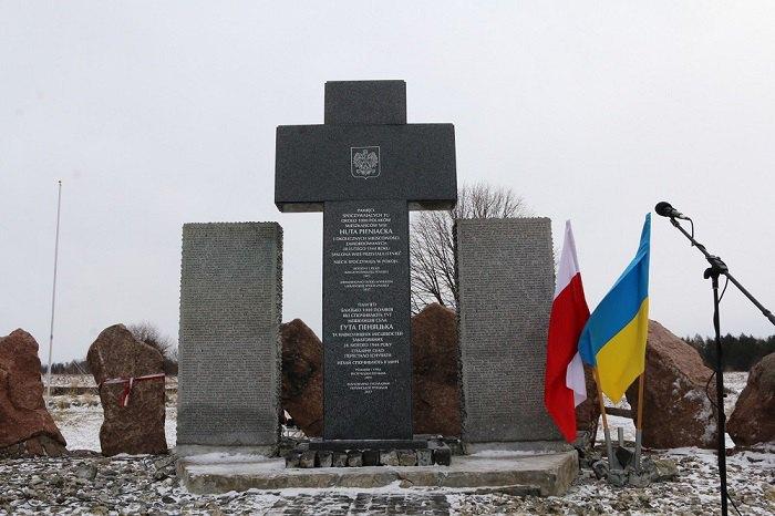 Відновлений коштом української громади пам'ятник у Гуті Пеняцькій, лютий 2017