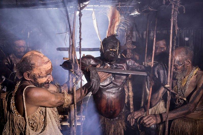 Семья Гемтасу наблюдают за процессом его мумификации