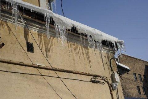 В Киеве глыба льда проломила крышу автомобиля