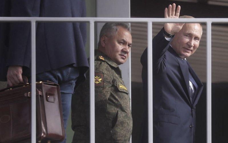 Президент России Владимир Путин (справа) и министр обороны Сергей Шойгу на учениях Кавказ-2020, 25 сентября 2020.