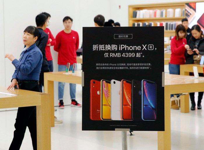 Реклама Apple iPhone XR в Apple Store в Пекине, Китай, 4 января 2019.