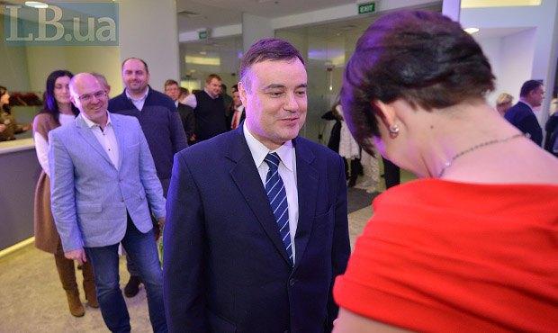 Советник Посольства Беларуси в Украине Владимир Беспалый (центр)
