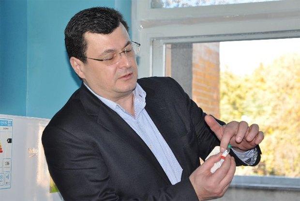 Квиташвили демонстрирует вакцину от полиомиелита в октябре 2015 года