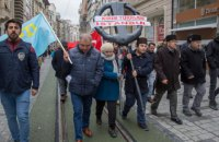 К консульству РФ в Стамбуле возложили черный венок в знак протеста аннексии Крыма