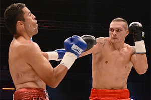 Усик одержал победу в дебютном бою на профессиональном ринге