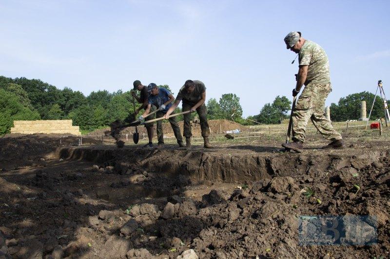 Учасники розкопок знімають верхній шар землі.