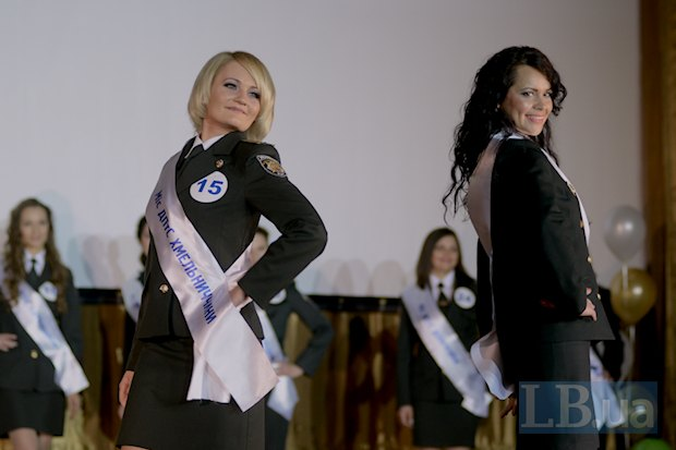 Слева - первая вице-мисс Наталья Фурман, справа - Мисс Благонравие Наталья Павлишина. Кроме Мисс благонравия был присвоен также титул Мисс благолепие