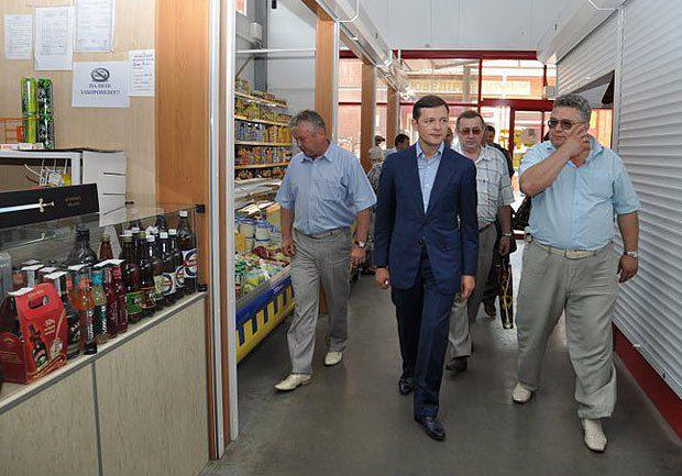 Олег Ляшко с директором рынка(справа)
