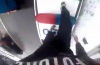 У Рівному хлопець пробіг по автомобілю патрульних, зняв усе на відео і виклав в інтернет