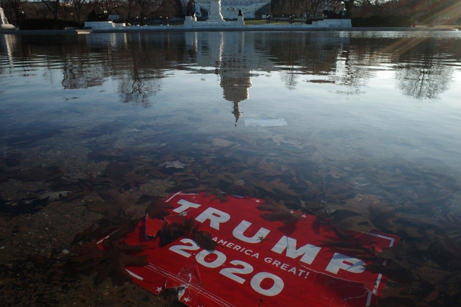 Плакат «Трамп 2020» в луже напротив Капитолия, 7 января 2021 г.
