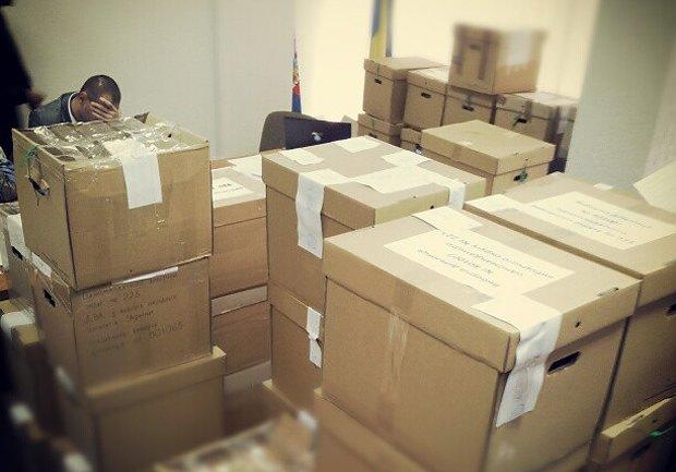 Левченко утверждает, что в этих коробках бюллетени с участков, где он победил. Некоторые из коробок явно повреждены