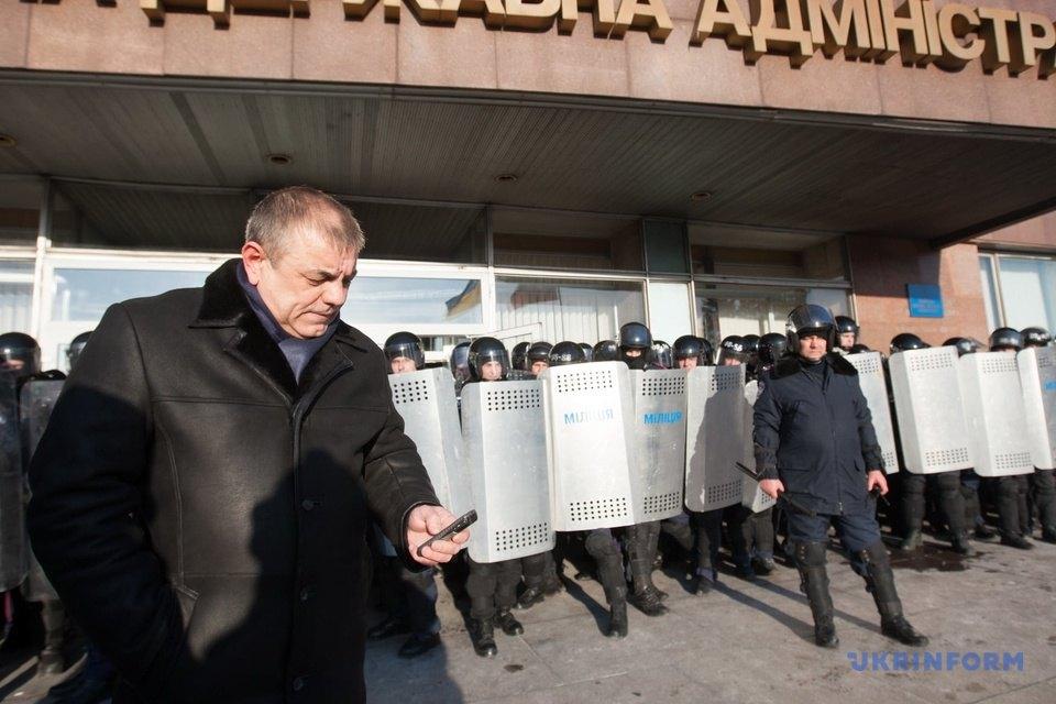 Очільник міліції Запорізької області генерал Володимир Серба під стінами облдержадміністрації