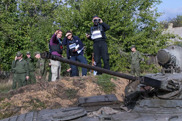Наблюдатели ОБСЕ наблюдают за передвижением боевиков после оглашения демилитаризации зоны, с. Петровское, Донецкая обл, 03 октября 2016.