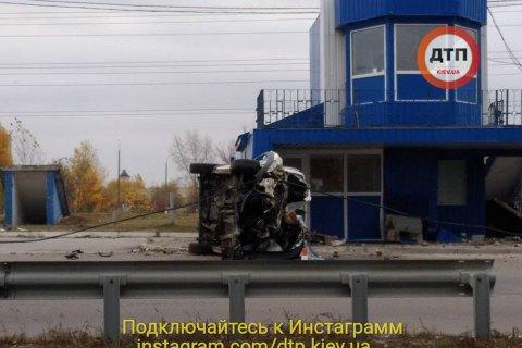 У Києві на Оболоні автомобіль врізався в пост поліції й перекинувся