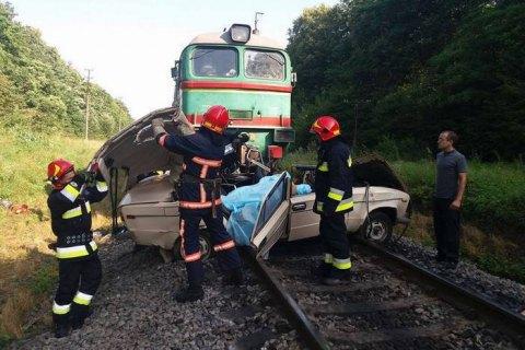 """Автомобіль потрапив під поїзд """"Київ - Ворохта"""" біля Галича. Загинули чотири людини"""