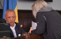 На сесії міськради Чернівців жінка намагалася побити мера документами