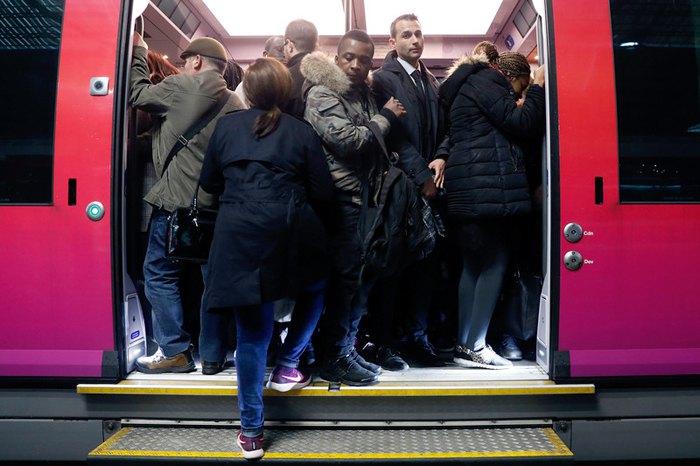 Пасажири сідають на регіональний поїзд на вокзалі Сен Лазар, Париж, 3 квітня 2018