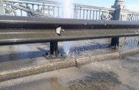 На мосту Патона в Киеве прорвало трубу