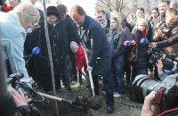Попов очистил от грязи скандальный парк