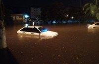 В Одессе в результате мощного ливня затопило магазины и сорвало асфальт (обновлено)
