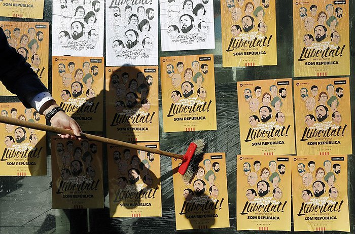 Плакаты в поддержку заключенных членов каталонского правительства, Барселона, 05 ноября 2017.