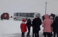 На Волыни спасатели вытащили из сугроба школьный автобус с детьми