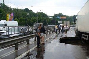 На улице Телиги в Киеве провалился асфальт